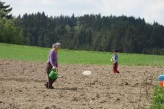 Oma und Enkerl bei der Feldarbeit